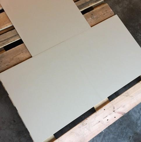 Vloertegel hoogglans gepolijst, recht gezaagd en geschikt voor vloerverwarming.